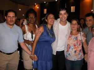 Foto tirada no saguão do Teatro das Artes. Da esquerda para a direita, Sandro, Valéria, Jucilene, Arlindo Lopes, Aparecida e José. Arlindo está com os braços em torno dos ombros de Jucilene e Aparecida.