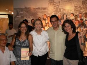 Foto 2: da esquerda para direita, Paulo Romeu, Suely da Revista Reação com o livro na mão, Lívia, Maurício Santana da Iguale e Bell Machado do Ponto de Cultura segurando uma taça de prosecco.