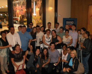 Picture taken at Teatro das Artes after the exhibition of Ensina-me a viver.  Standing from left to right: Jumara, Sidney, Laércio, Marcela and Felipe, Ana Luiza and Marina, Luiz and the group from Taubaté. Lowered at front: Sidney´s wife, Anésia, Lara and Fernanda, Arlindo Lopes and people from Taubaté.