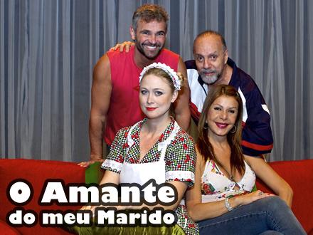Foto dos personagens da peça O Amante do Meu Marido. Da esquerda para direita, em pé, apoiados no sofá vermelho, Arnaldo e Esperidião. A empregada, Dorothy, e a patroa, Telma, estão sentadas no sofá.