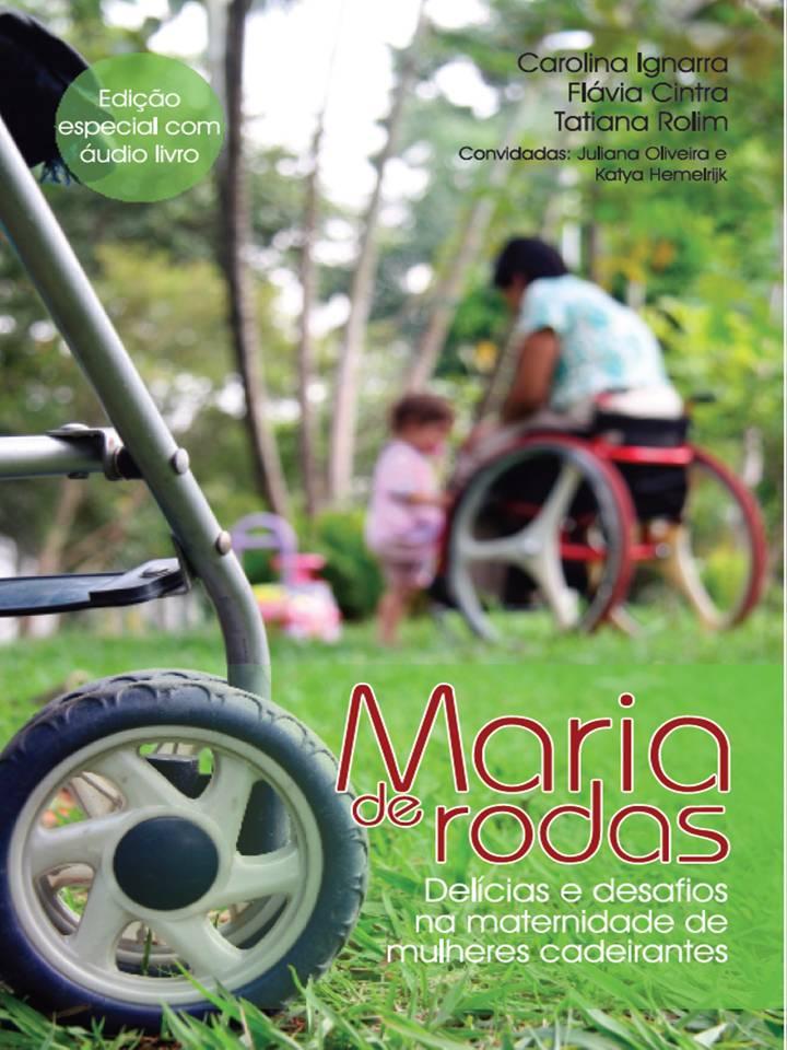 A capa do livro é ilustrada por foto colorida, um pouco desfocada, de uma mulher em cadeira de rodas vermelha brincando com uma criança pequena, em pé a seu lado, no meio de um gramado bem verde, cercado por muitas árvores. No lado esquerdo, em primeiro plano e em detalhe, a roda de um carrinho de bebê.