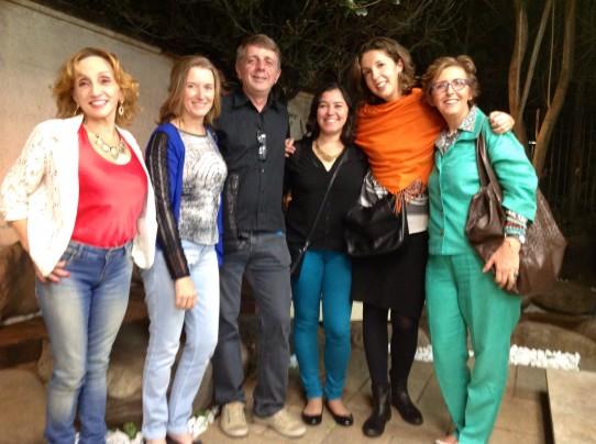 Fotografia colorida do grupo de audiodescritores da VER COM PALAVRAS no jardim da casa onde foi realizado o jantar às escuras. Da esquerda para a direita: Rosângela, Marina, Wagner, Andréia, Aline e Lívia, todos sorridentes.