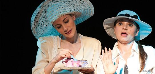 Fotografia das atrizes Andréia Nhur e Paola Bertolini, no papel de duas senhoras francesas.