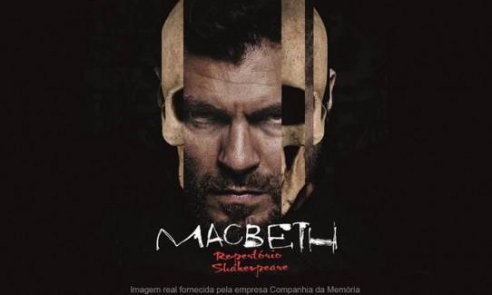 Descrição: o eflyer com fundo preto é ilustrado por uma montagem fotográfica que mostra o rosto de Macbeth, interpretado por Thiago Lacerda, com a sobreposição de 3 tiras verticais de foto de esqueleto de crânio, uma na lateral esquerda e duas na lateral direita do rosto do personagem. Macbeth, de cabelos castanhos escuros penteados para trás, olhos verdes e barba cerrada, está com o rosto contraído, a testa franzida, olhando fixamente para frente. O título: MACBETH, escrito com letras brancas ligeiramente borradas, e o subtítulo: Repertório Shakespeare, escrito com letras vermelhas, estão abaixo da foto.