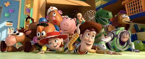 Fotografia colorida de muitos brinquedos no chão do quarto de Andy, uns sobre os outros. Dentre eles, estão: o caubói Woody, o patrulheiro espacial Buzz, a menina Jessie, o cabeça de batata, um cavalinho, um porquinho, um dinossauro e um cachorro. Ao fundo, uma caixa aberta.