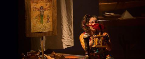 O convite é ilustrado por fotografia colorida em plano médio (da cintura para cima) e na horizontal, de Caterina mexendo em um helicóptero vermelho sobre um suporte de madeira. Ela é uma menina de cabelos castanhos presos em um rabo-de-cavalo de lado e usa óculos. Do lado esquerdo da foto, o desenho de um homem com os braços abertos, O HOMEM VITRUVIANO, de Leonardo da Vinci.