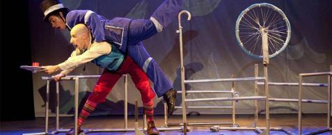 O convite é ilustrado pela fotografia colorida dos personagens Mr. Fog e Passepartur, à esquerda, um pulando sobre o outro, de bocas abertas tentando se segurar dentro do navio, feito com canos de ferro e uma roda de bicicleta que é o leme.   Mr. Fog é um homem negro, usa terno azul e branco e uma cartola na cabeça. Passepartur, um homem de pele clara, com camisa branca, colete azul, calça curta vermelha e meias coloridas, segura a roda de bicicleta como o leme do navio.