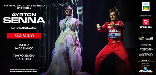O e-flyer com formato retangular e fundo preto é ilustrado por duas fotografias coloridas. À direita, está Ayrton Senna (interpretado por Hugo Bonemer), com olhar fixo, as pernas bem abertas e levemente flexionadas, os braços à frente, como se segurasse o volante de um carro. Ele é um homem de pele clara, de cabelos castanhos curtos penteados de lado, olhos fundos. Veste macacão vermelho de corrida de mangas longas, cheio de marcas de patrocinadores.  À esquerda, fotografia de uma mulher loira, alta e magra, com cabelos curtos penteados de lado, com traços delicados e um leve sorriso. Usa vestido longo de tecido fino em tons de verde e lilás, com gola alta e um bolero com franjas. O título do espetáculo AYRTON SENNA O MUSICAL, escrito com letras BRANCAS, está do lado esquerdo do convite assim como, as informações sobre, data e nome do teatro. Do lado direito, as logomarcas dos patrocinadores, produtores e realizadores.