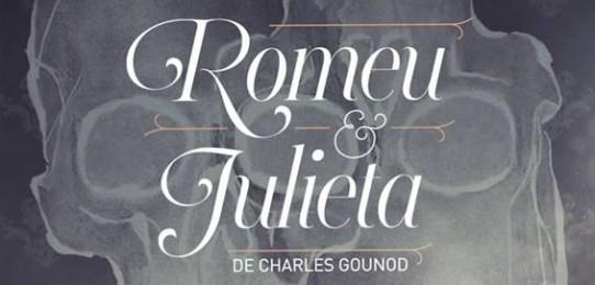 O e-flyer com fundo cinza chumbo, é ilustrado pelo desenho abstrato em cinza claro de silhuetas com três círculos e dois corações sobre elas. O título da ópera: ROMEU E JULIETA, escrito com letras brancas, está no meio do e-flyer e, abaixo dele, o nome do autor: Charles Gounod.