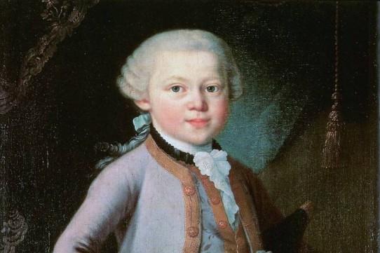 O óleo sobre tela de autor desconhecido retrata Mozart aos seis anos: um menino de pele alva, olhos verdes, cabelos brancos ondulados e bochechas rosadas. Ele usa um casaco e colete brancos com galão dourado sobre blusa de colarinho alto com babado bordado. Ao fundo, uma cortina marrom e branca com pingente de seda.
